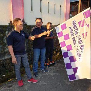 BERGULIR : Ketua BPMJ GMIM Kalvari Pineleng (kiri) bersama Ketua Panitia Jacky Pangalila melepas peserta jalan sehat, Kamis (7/3/2019).