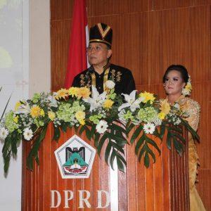 Wali Kota Tomohon Jimmy F Eman SE Ak CA di dampingi oleh Wakil Wali Kota Tomohon Syerly Adelyn Sompotan saat membacakan sambutan.