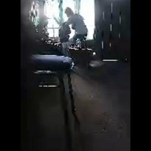 Screenshoot rekaman siaran langsung di Medsos oleh akun Melo Ratu, dimana dalam rekaman tersebut terjadi penganiayaan yang dilakukan RR terhadap Christo Mantiri. (foto: ist)