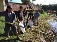 JIT Bersama Bagian Humpro Turut Bersihkan Danau Sineleyan