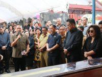 Eman Terima Jenazah Mertua Dari Gubernur Sulut di Kelurahan Pinaras