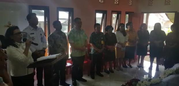 Eman Melayat ke Rumah Duka Salah Seorang ASN di Dinas Perhubungan Daerah Kota Tomohon